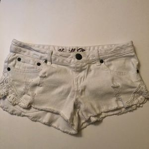 White Vanilla Star shorts with crocheted pockets